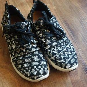 Like new Toms Delray sneaker